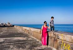 La familia camina en el Malecon Imágenes de archivo libres de regalías