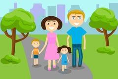 La familia camina en el parque - mamá, papá, hijo e hija Fotografía de archivo