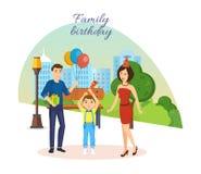 La familia celebra cumpleaños, contra el fondo del paisaje y del parque de la ciudad Fotografía de archivo