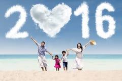 La familia celebra el Año Nuevo de 2016 en la playa Imágenes de archivo libres de regalías
