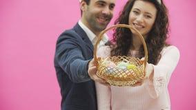 La familia celebra el día de Pascua Pares felices con los oídos del conejito Buenas fiestas Junte los huevos de pintura para Pasc almacen de metraje de vídeo