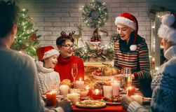 La familia celebra la Navidad imagen de archivo