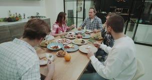La familia cena junta ellos porción feliz y consumición de la comida deliciosa de la placa colorida, sorprendiendo la cocina almacen de video