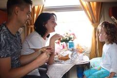 La familia come en tren Imágenes de archivo libres de regalías