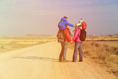 La familia con dos niños en hombros viaja en el camino escénico Fotografía de archivo