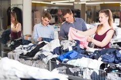 La familia con un muchacho en un boutique viste Imagen de archivo libre de regalías