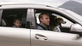 La familia consigue en un coche con su perro y continúa montando metrajes