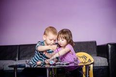 La familia creativa, niños está coloreando los huevos para Pascua fotografía de archivo libre de regalías