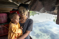 La familia de Bajau no identificado del mar que presenta dentro de su choza de expediente en Sabah, Malasia Imágenes de archivo libres de regalías