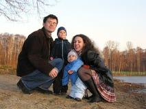 La familia de cuatro miembros se sienta. fotografía de archivo libre de regalías