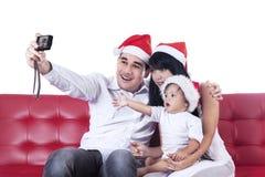 La familia de la feliz Navidad toma una foto imagen de archivo libre de regalías