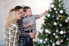La familia de padre y de madre resuelve Año Nuevo en casa Imagen de archivo