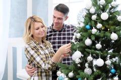La familia de padre y de madre resuelve Año Nuevo en casa Foto de archivo