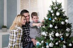 La familia de padre y de madre resuelve Año Nuevo en casa Fotografía de archivo libre de regalías