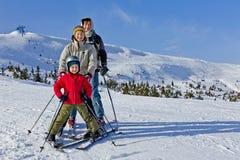 La familia de tres personas aprende el esquí junta Imágenes de archivo libres de regalías
