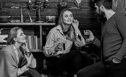 La familia disfruta de la conversación en casa de los guardabosques Concepto sincero de la conversación Las muchachas y el hombre foto de archivo libre de regalías