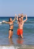 La familia disfruta de día de fiesta en el mar Imagenes de archivo