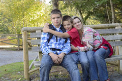 La familia disfruta del tiempo junto al aire libre Imagenes de archivo