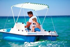La familia, el padre y el hijo felices disfrutan de aventura del mar en el catamarán del watercraft en las vacaciones de verano fotografía de archivo libre de regalías