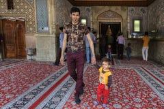 La familia, el padre y el hijo musulmanes salen de la mezquita, Shiraz, Irán Foto de archivo