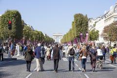 La familia en Champs-Elysees en el coche de París libera día Foto de archivo