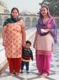 La familia en el templo de sikhs mira en alguna parte Imagen de archivo