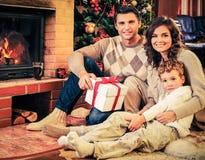 La familia en la Navidad adornó el interior de la casa Fotografía de archivo