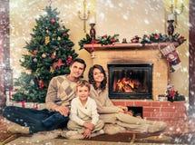 La familia en la Navidad adornó el interior de la casa Fotografía de archivo libre de regalías