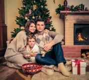 La familia en la Navidad adornó el interior de la casa Foto de archivo