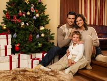 La familia en la Navidad adornó la casa Foto de archivo