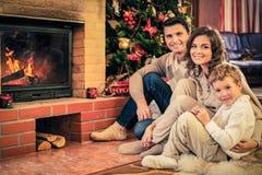 La familia en la Navidad adornó la casa Foto de archivo libre de regalías