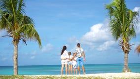 La familia en la playa en vacaciones del Caribe se divierte almacen de video