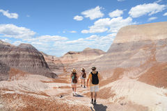 La familia en un viaje que camina en las montañas abandona Foto de archivo libre de regalías