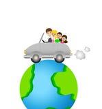 La familia entra en un viaje en una tierra redonda del coche Imágenes de archivo libres de regalías