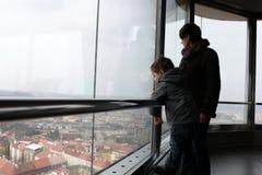 La familia es visita turística de excursión de Praga imágenes de archivo libres de regalías