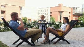 La familia está cenando en el café al aire libre almacen de metraje de vídeo