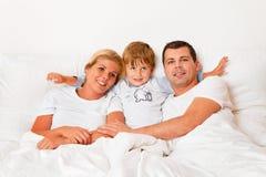La familia está en cama por la mañana foto de archivo libre de regalías