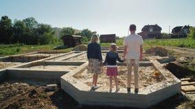 La familia está en la fundación de su hogar futuro Nuevo concepto de los principios almacen de metraje de vídeo