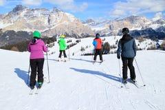 La familia está esquiando Imagen de archivo libre de regalías
