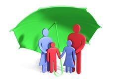 La familia feliz abstracta se coloca debajo del paraguas Imagenes de archivo