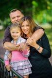 La familia feliz camina en el parque fotografía de archivo libre de regalías