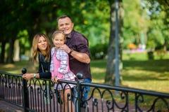 La familia feliz camina en el parque fotos de archivo