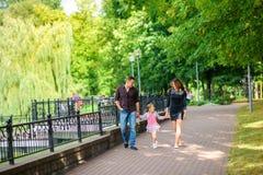 La familia feliz camina en el parque foto de archivo libre de regalías