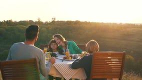 La familia feliz cena en naturaleza almacen de metraje de vídeo
