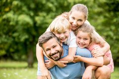 La familia feliz con chlildren Imágenes de archivo libres de regalías