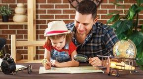 La familia feliz de hija del padre y del niño se prepara para viajar tri Imágenes de archivo libres de regalías