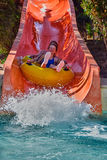 La familia feliz disfruta de los toboganes acuáticos en Aqua Park Imagenes de archivo