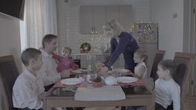 La familia feliz emocionada de seis disfruta de la cena de la Navidad festiva en armosphere acogedor precioso de la celebración d almacen de video