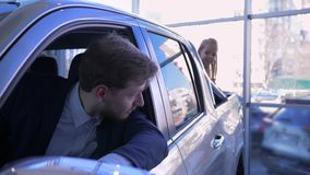 La familia feliz en concesión de coche, poca muchacha divertida en el tronco del automóvil es escondite jugado con el papá en cab almacen de video