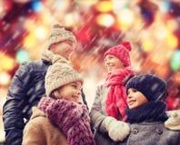 La familia feliz en invierno viste al aire libre Fotos de archivo libres de regalías